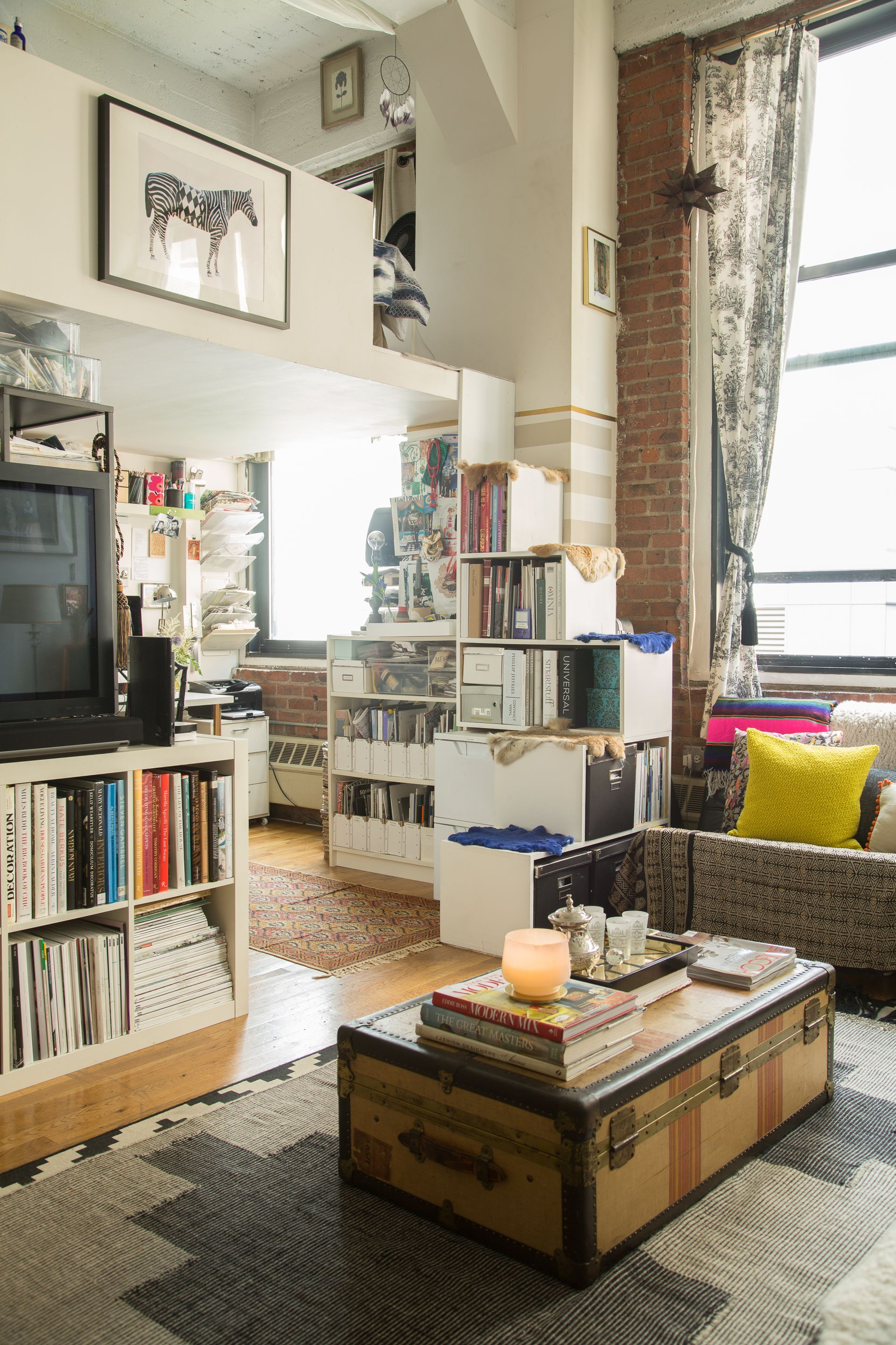 A Designer S Romantic Worldly Nyc Apartment In 2020 New York
