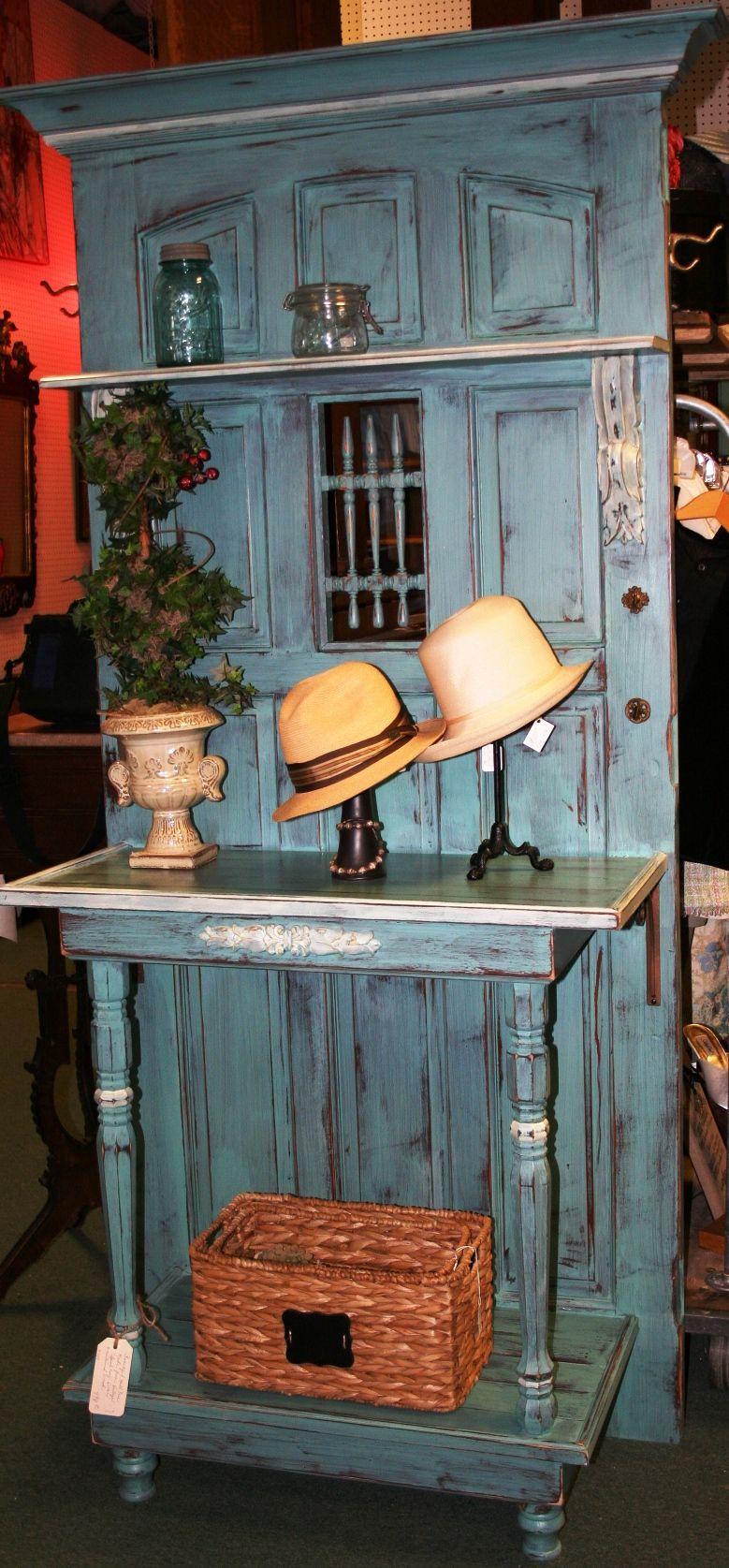 Photo of hall tre laget av antikk dør! Elsker robinblå!