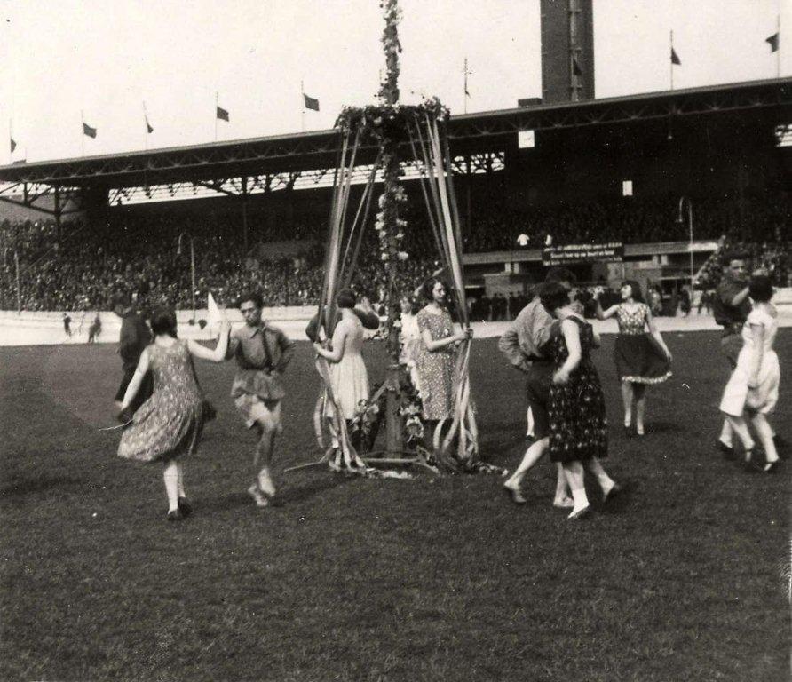 Dansen rond de meiboom in het Olympisch Stadion in Amsterdam, 1931