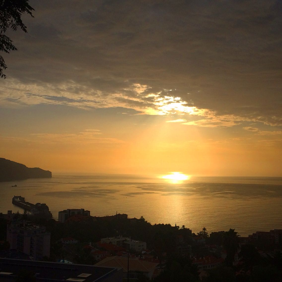 Nascer do sol na Madeira #madeiraisland #beautifuldestination Photo: Bordal