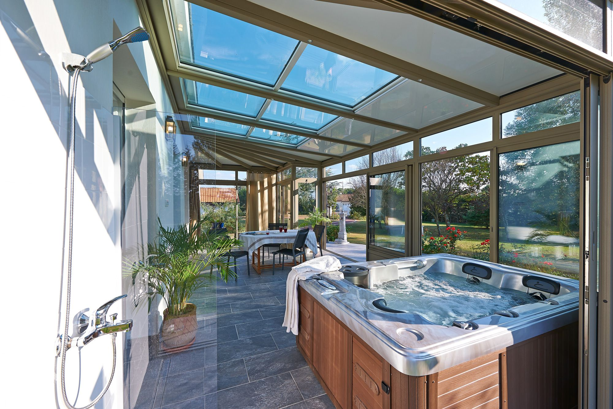 Une Veranda Avec Spa Veranda Bioclimatique Amenagement Veranda Idees Veranda