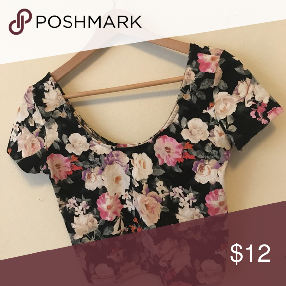 Short sleeve floral crop top Floral print form-fitting crop top Forever 21 Tops Crop Tops