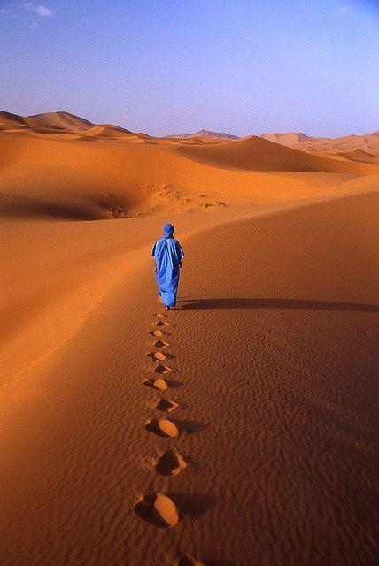 Afrika bestaat uit veel zand en wij geven u de mogelijkheid zelf op deze vlakten te kunnen lopen net als deze man, onder professionele en ervaren begeleiding