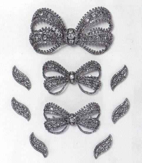 """Russian """"devant de corsage"""".  Devant de corsage di origine russa (1760/70c.ca) costituito  da tre spille dello stesso modello e sei piccole spille laterali."""