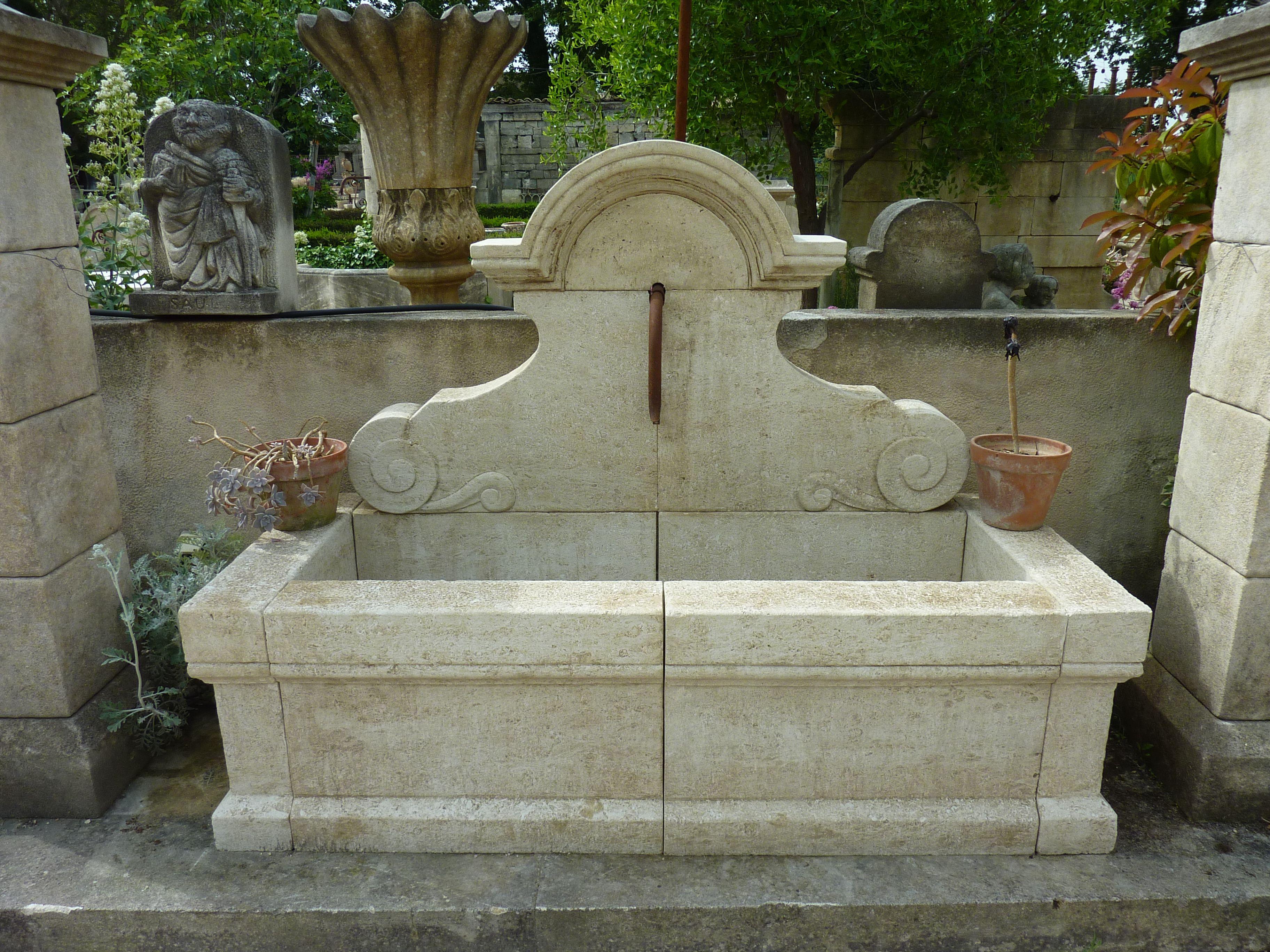 cette fontaine typiquement proven ale en pierre d 39 avy pierre blanche et calcaire extraite en. Black Bedroom Furniture Sets. Home Design Ideas