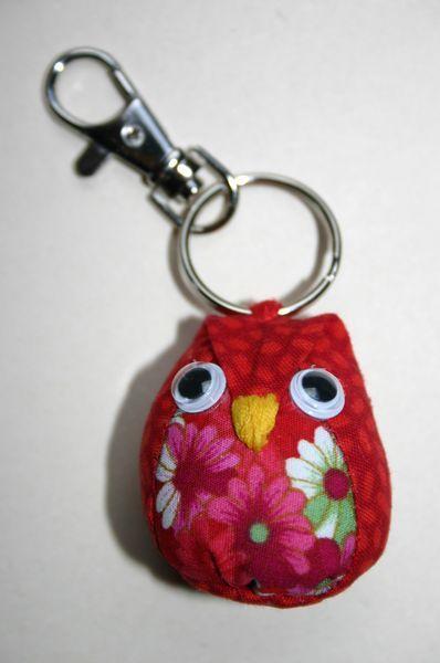 Petit hibou porte cl s avec tuto gratuit inspiration sacs pochettes et petites bricoles - Comment faire un porte cle en scoubidou ...