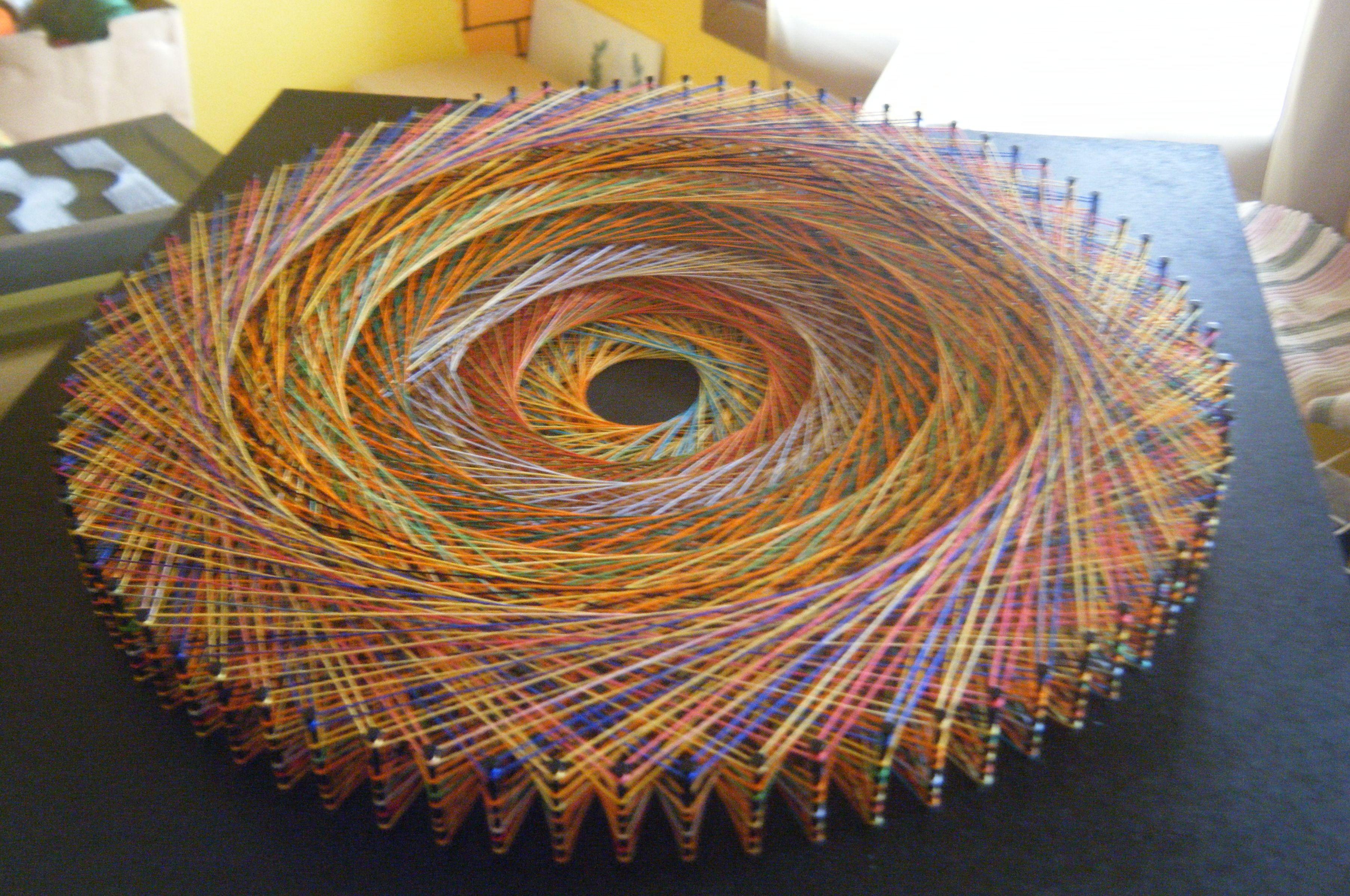 Modelo LinhasdoCunha. Quadro de linhas e pregos sob base de madeira pintada.