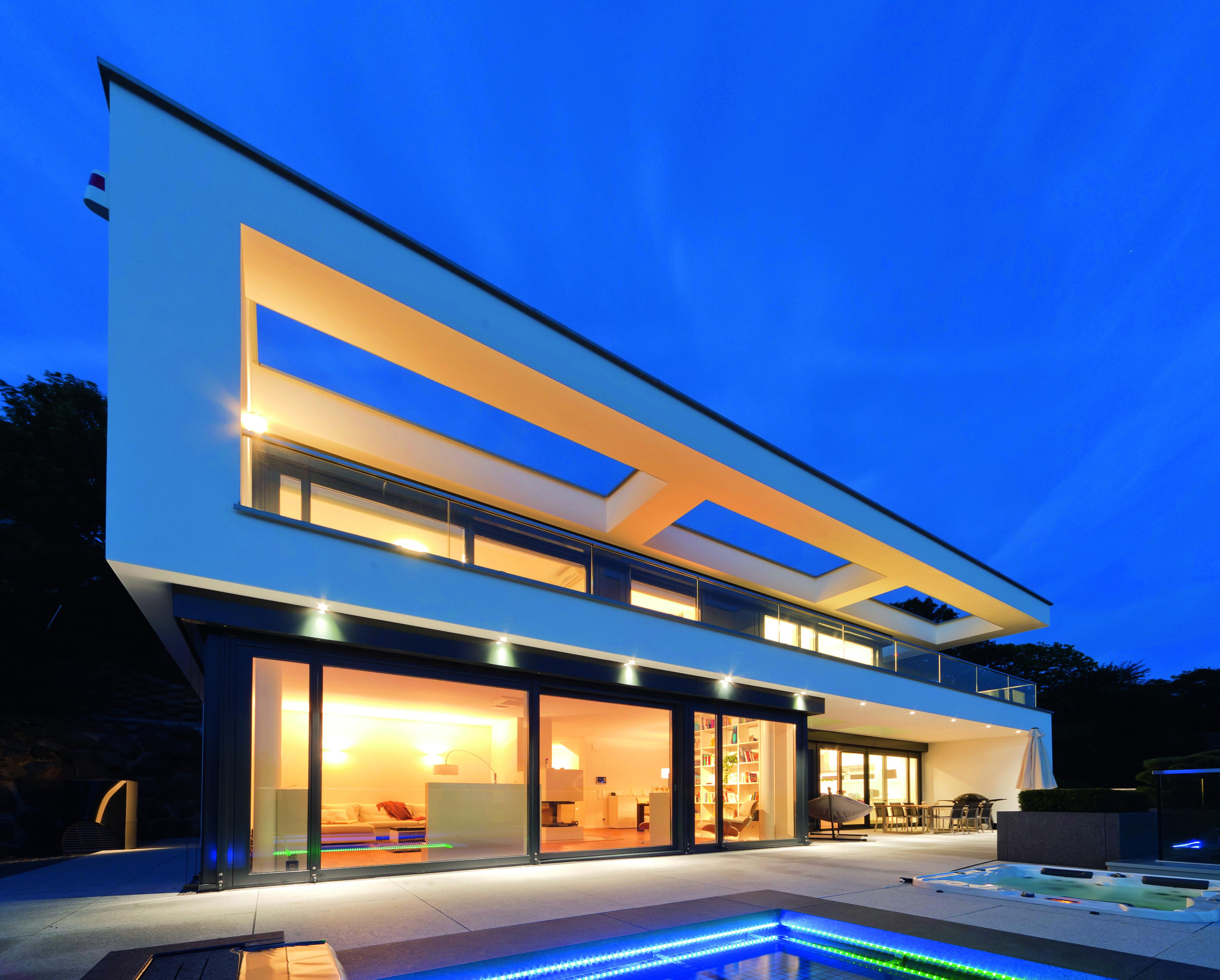 Im Kundenauftrag von OKAL Haus erstellte moderne Villa mit großen ...