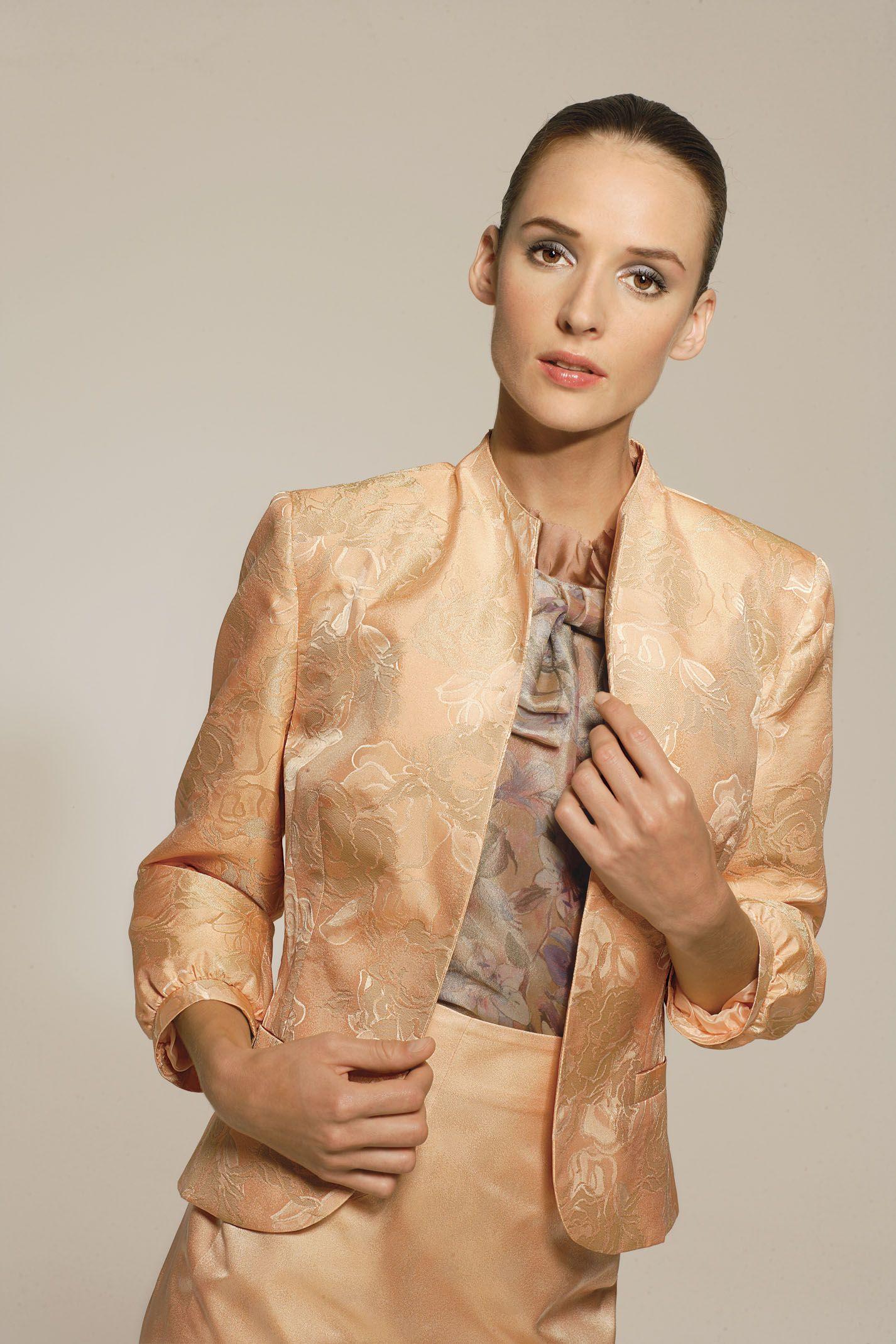 b1ccba81fe85 tailleur elegante color salmone in tessuto elaborato