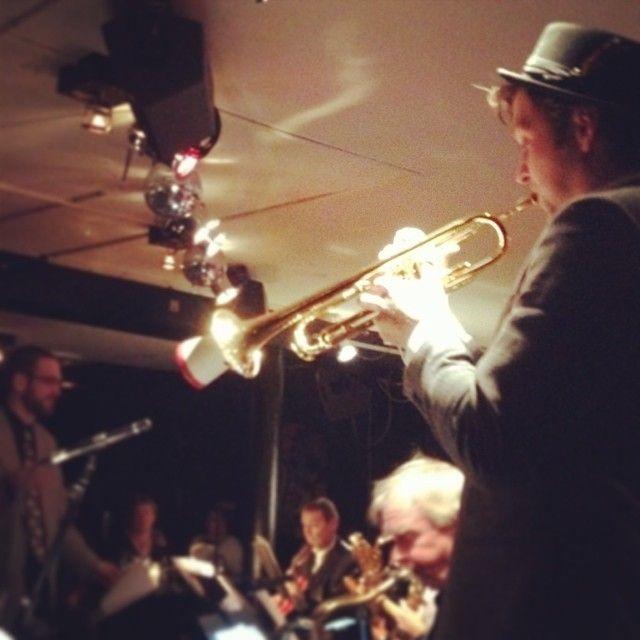 Tømmermændspleje på #Dexter med #TomaszDrabowski og #BigbandWorkshop5000DK. #odense #thisisodense #jazz #bigband #trumpet www.thisisodense.dk/4062/tomasz-dabrowski-and-bigband-workshop