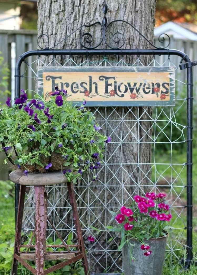 décoration jardin originale - seau avec fleurs et suspension à l'anglaise