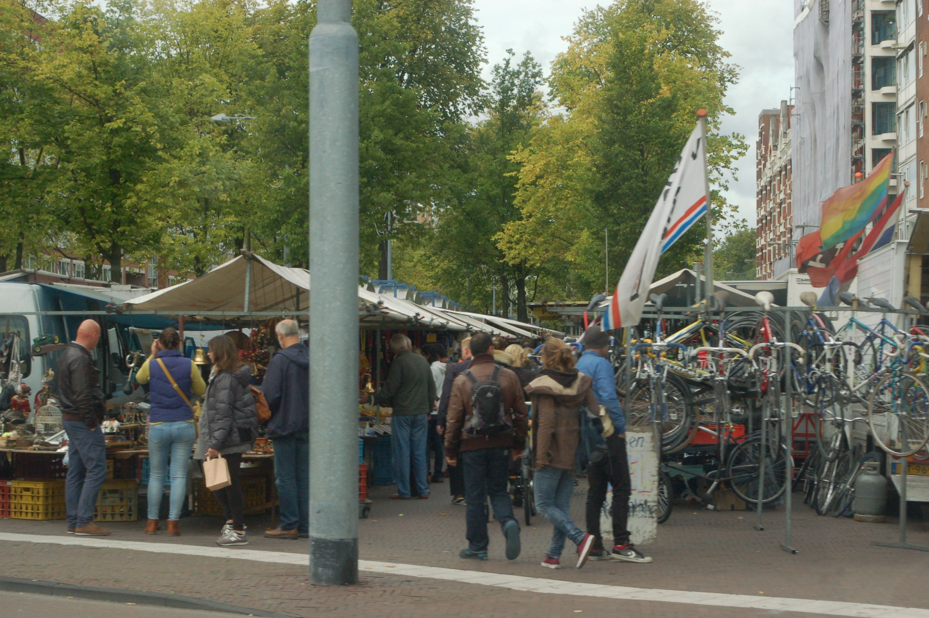 2014 Het Waterlooplein is een plein in het centrum van Amsterdam. Het is vernoemd naar de Slag bij Waterloo.  Het oude plein ontstond toen in 1882 de Leprozengracht en de Houtgracht werden gedempt en ligt in het District Groot Waterloo. Het schilderij hiernaast toont de situatie in 1880 #Amsterdam #markt