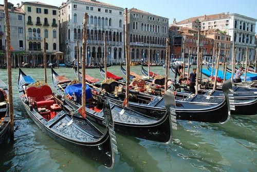As gôndolas Venezianas ancoradas.