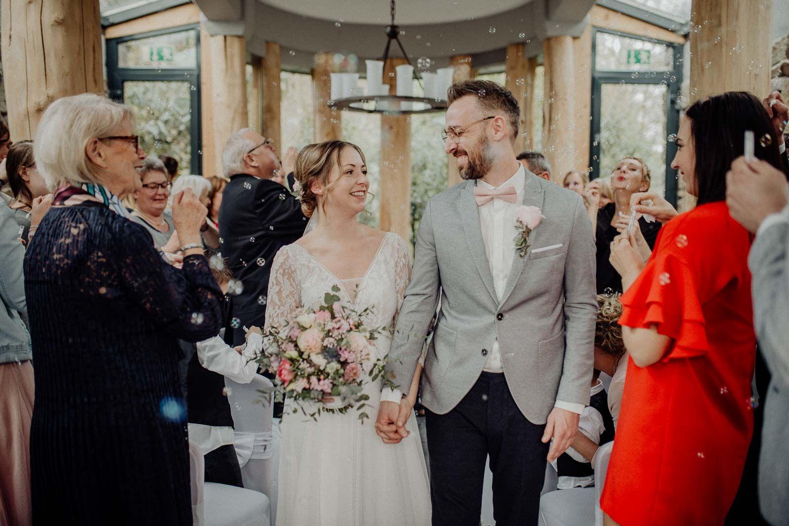 Auszug Aus Dem Confideum Nach Der Standesamtlichen Trauung Im Landhotel Voshovel In 2020 Standesamtliche Trauung Hochzeitskleid Spitze Hochzeit