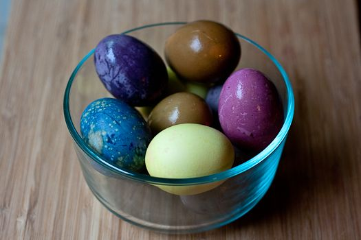 how to dye eggs naturally -- would be a fun experiment to compare or play around with when the kids are a bit older