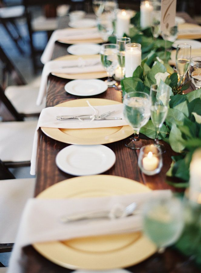 Elegant Wedding Decoration Idea Using Gold Plate Chargers And Fancy Tabletop Decorations Gold Charger Plate Charger Plates Wedding Wedding Table Settings Gold