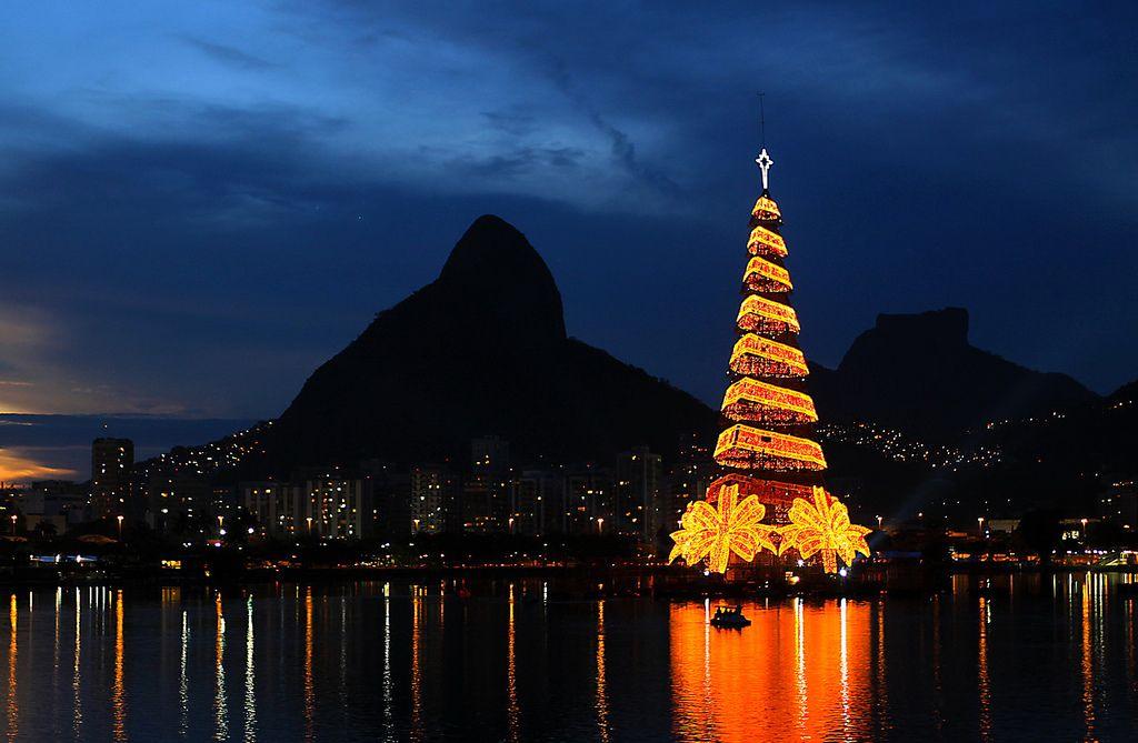 Christmas tree in the Lagoa Rodrigo de Freitas in Rio de Janeiro © Carlos Vieira