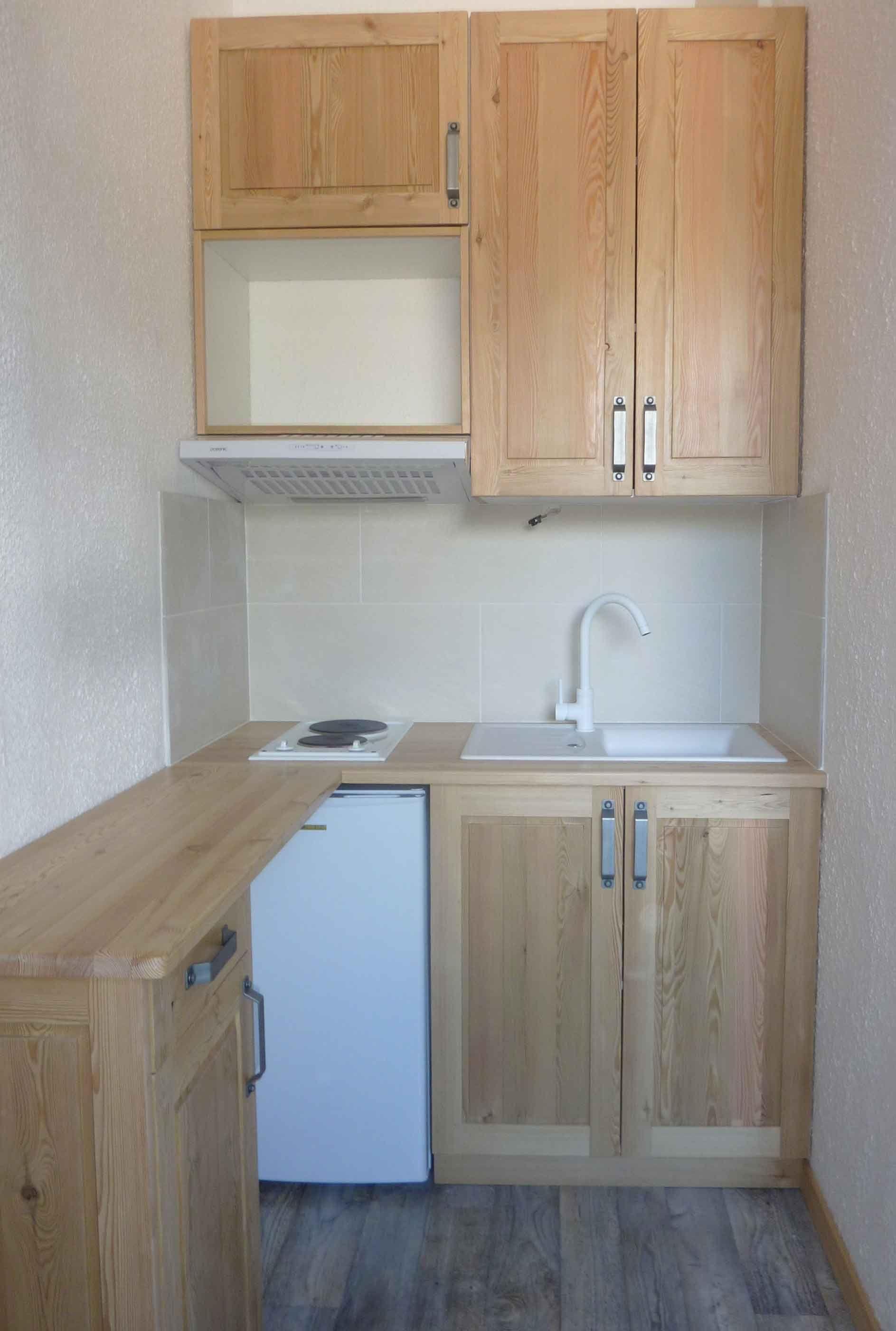 Cuisine en mélèze pour un petit espace.   Small spaces, Studio and ...