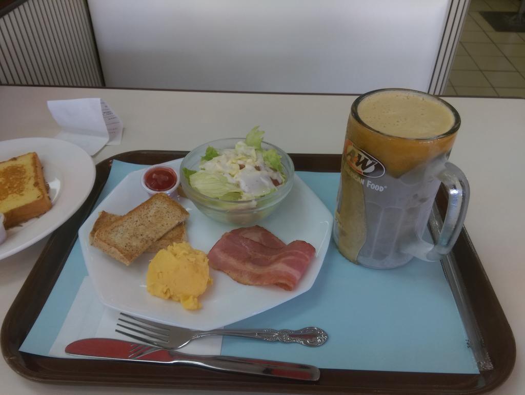 沖縄に着たならやっぱりA&W ルートビア飲み放題!キンキンに冷えてると結構旨いなこれ