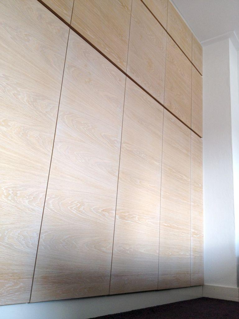 Deze kastenwand geeft heel veel opbergruimte in de slaapkamer. De ...