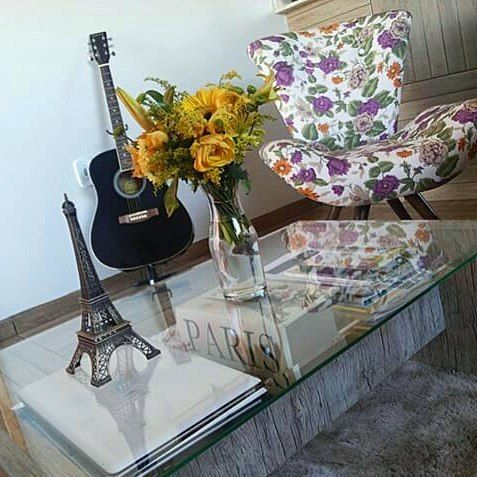 Bom dia!  Mais um arquivo aqui da #esquina116.  Março de 2015.  #Arquivo #fotografia #livingroom #yellow #cantinho #tabledecor #coffeetable #chair #violão #decor #homedecor #furniture #interiordesign #flowers #floral #arranjo #eiffel #decoridea #saladeestar #paixãopordecor #decoration #homesweethome by esquina116