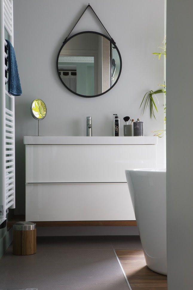 Un espejo redondo puede ser la solución con más estilo ...