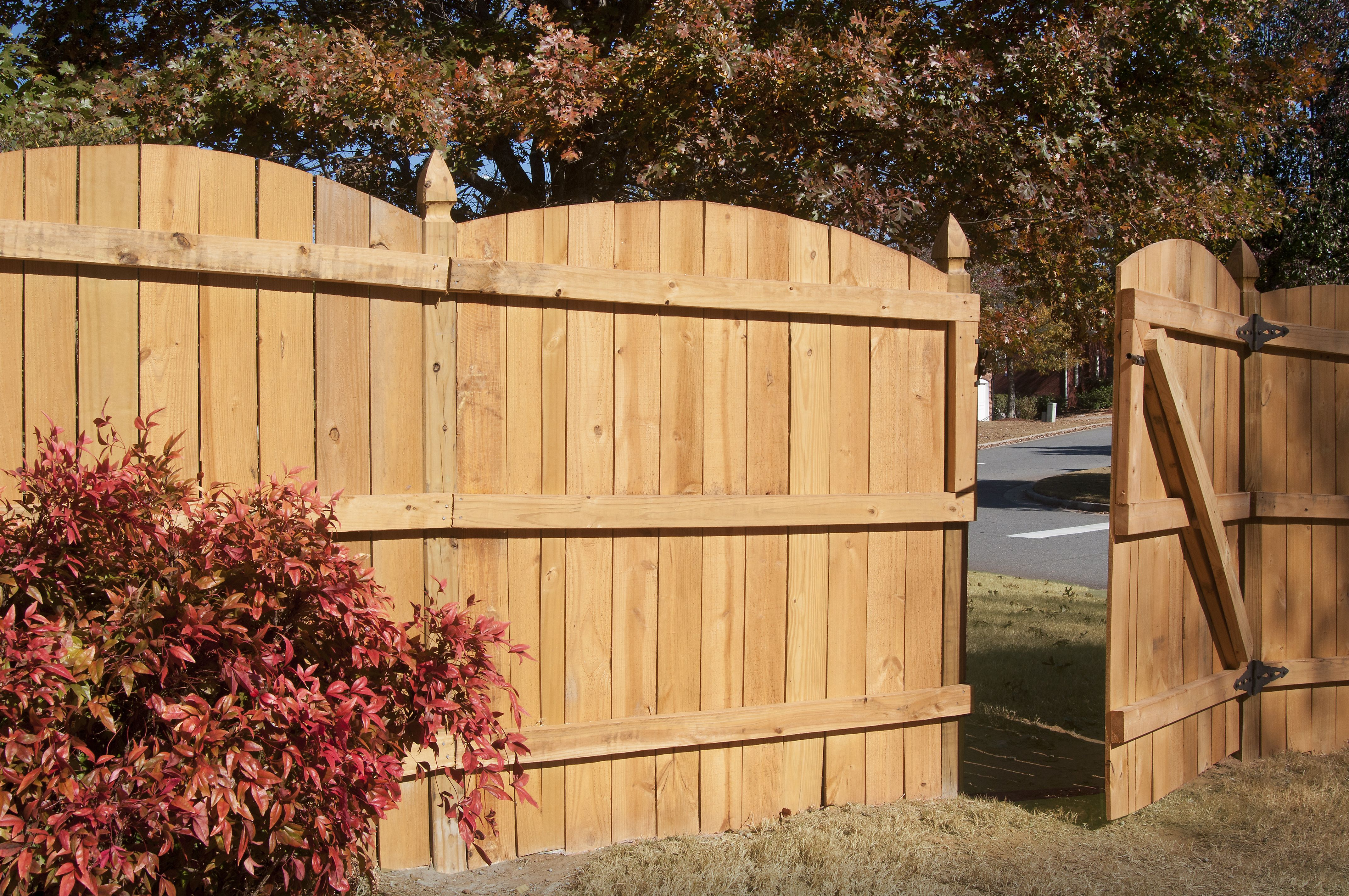 Positive Arch Privacy Fence Designed And Built By Atlanta Decking Fence Backyard Fences Fence Design Privacy Fence Designs