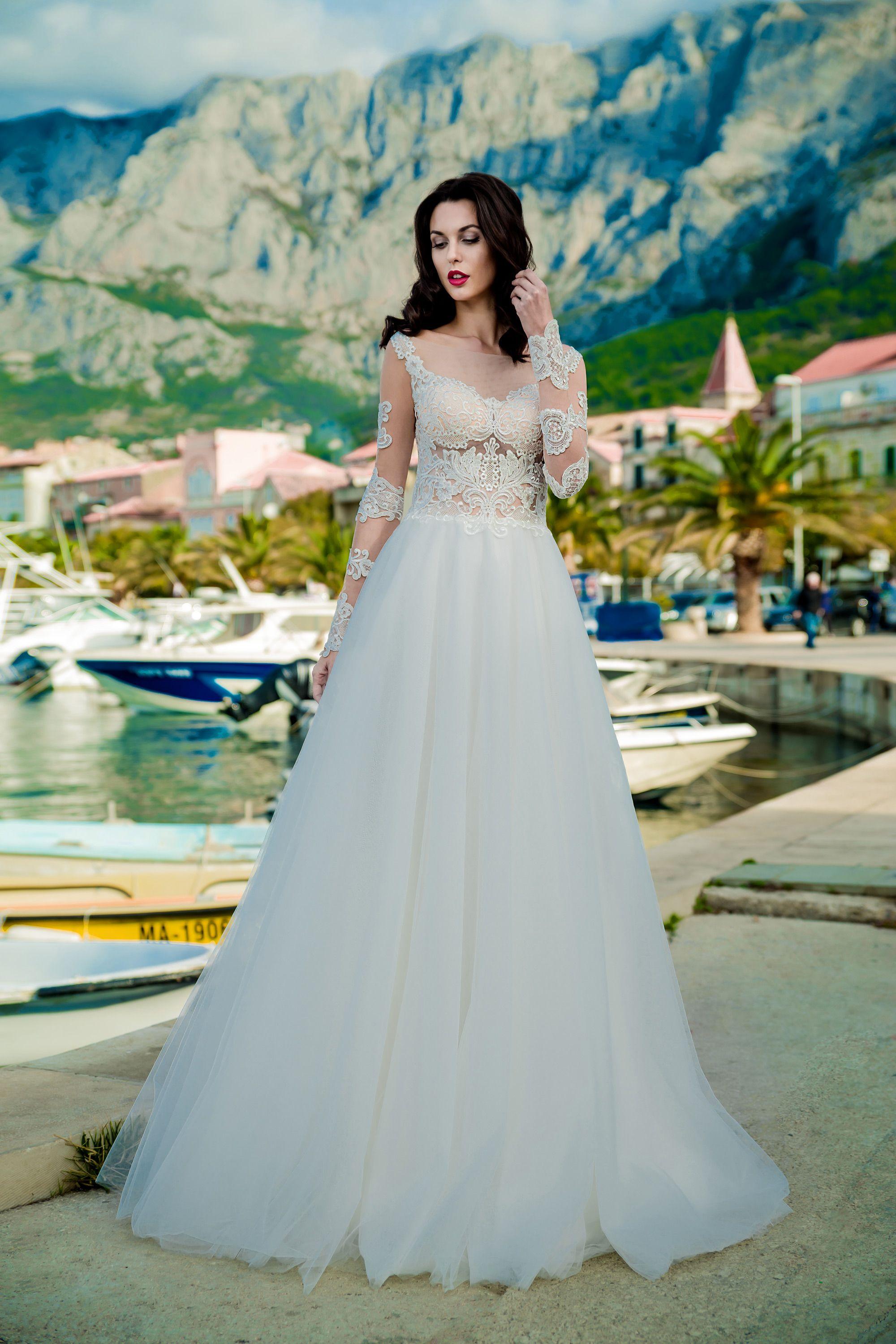 Svadobné šaty ARIADNE s dlhými rukávmi zdobenými čipkou. Veľká nadýchaná  tylová sukňa. Wedding dress 4ca682a1cf0