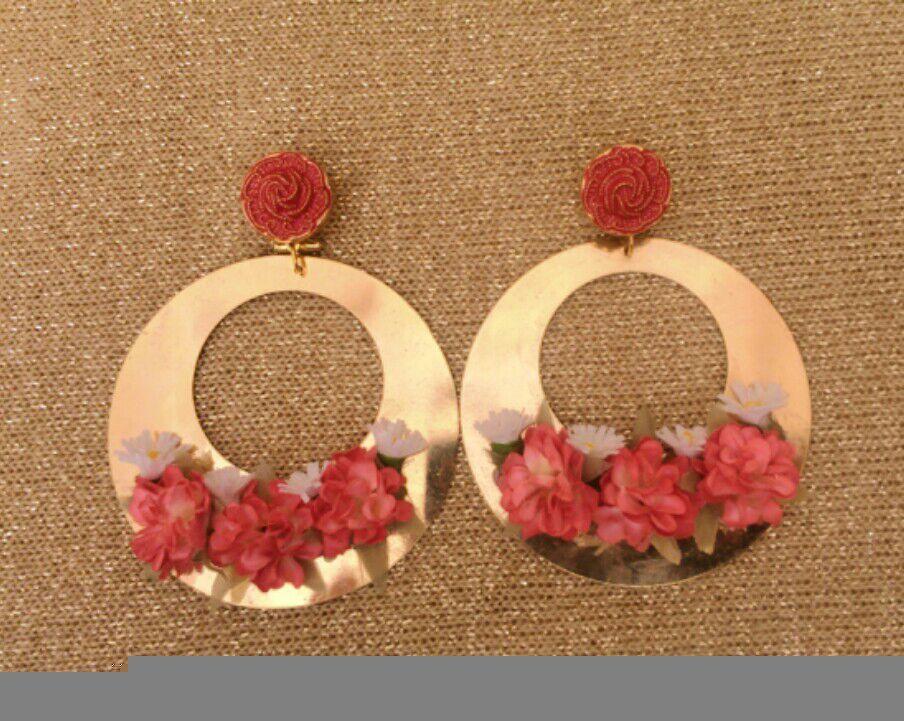 5bb8e889b Pendientes en forma de aro dorado con apliques de flores secas en coral.  Precio: