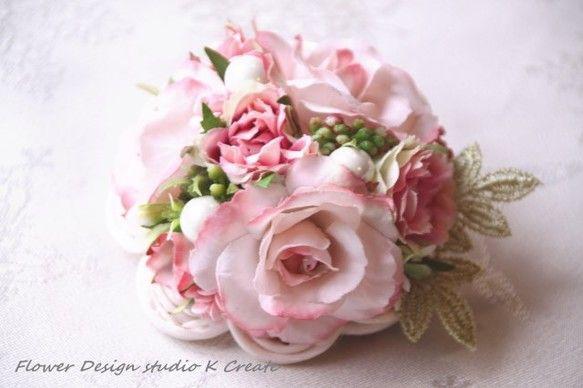 小さなブーケの様なドーム型のコサージュです。 ピンクのバラをメインに、 フリルルローズや、 3つのパール、ベリーなどでまとめた、 コロンとした可愛いブーケ風の...|ハンドメイド、手作り、手仕事品の通販・販売・購入ならCreema。