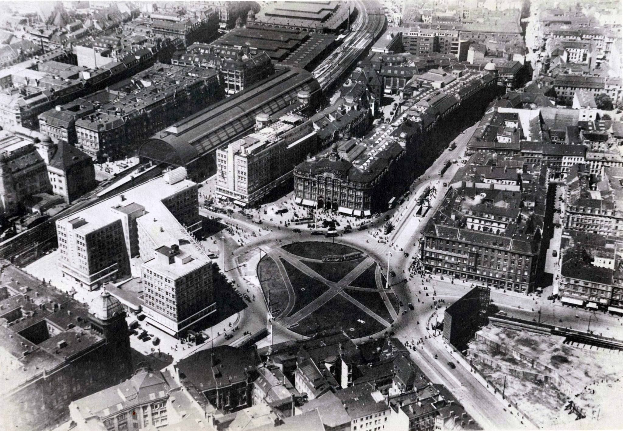 1933 Luftaufnahme Mitte Alexanderplatz Mit Bahnhof Daruber Die Zentralmarkthalle Am Linken Bildrand Wertheim Am Rechten T Berlin East Berlin Paris Skyline