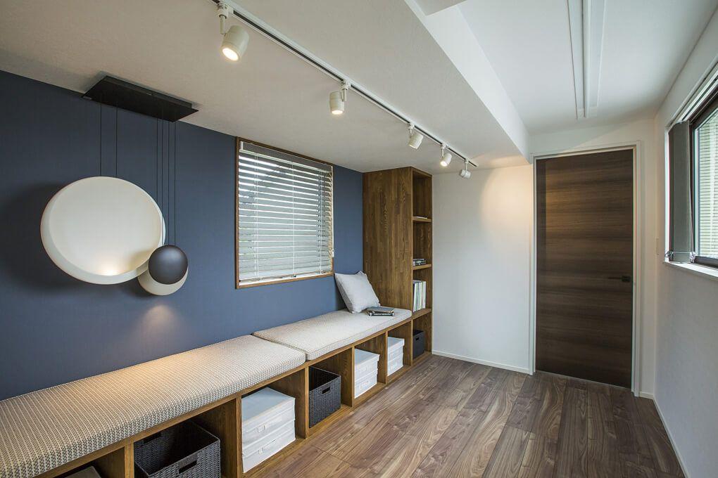 壁一面に収納兼ベンチを設置した2階のフリースペースは 使い方も