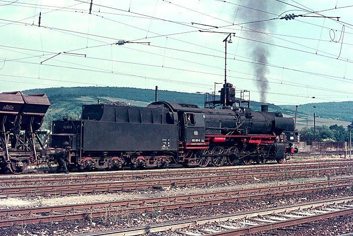 Hier zum Vergleich eine Lokomotive mit dem Standardtender 2'2'T26. Man vergleiche jetzt auch noch die Führerhäuser. Die nebenstehende 052801 verfügt über ein vereinfachtes (ÜK= Übergangskriegslok) Führerhaus mit nur einem Seitenfenster. (Lauda26.7.74) --- Germany