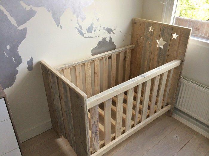 Zelf gemaakt ledikantje van steigerhout en pallets. | Nursery ...