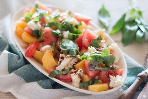 Salade met perzik, tomaat en mozzarella
