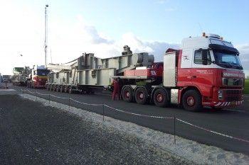 Hier ziet U de aanvang van een grote en zware klus waar meerdere trucks voor nodig zijn. wagenborg transport heeft voldoende capaciteit om elke grote klus vakkundig uit te voeren.