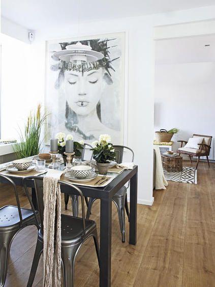 Comedor con cuadro en la pared
