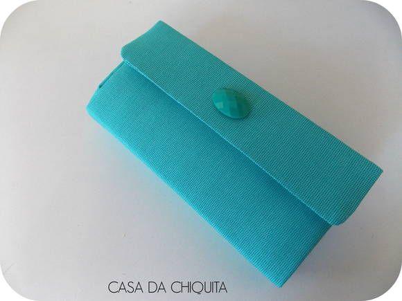 Carteira de mão feito sob encomenda, super estilosa, forrada com tecido azul piscina e com um detalhe de um chaton no mesmo tom. Cartonagem. Tamanho: 21cm x 10cm R$ 45,00