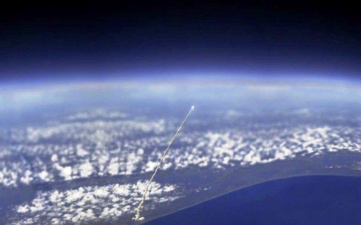 gambar foto pemandangan luar angkasa dari pesawat atlantis