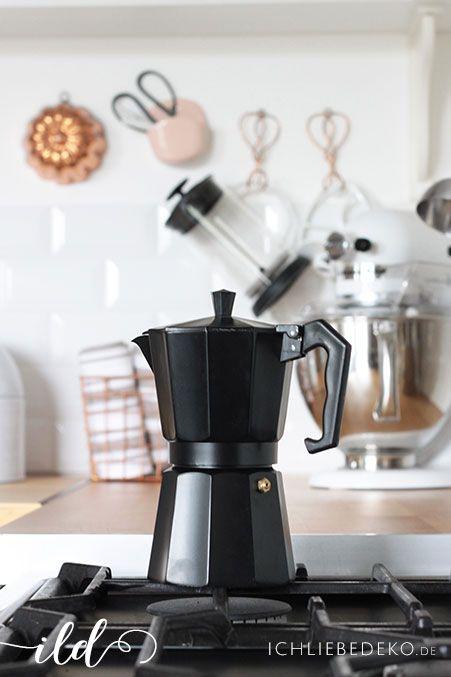 Espresso auf dem Gasherd selbst kochen in einer Küche im - küche schwarz weiß