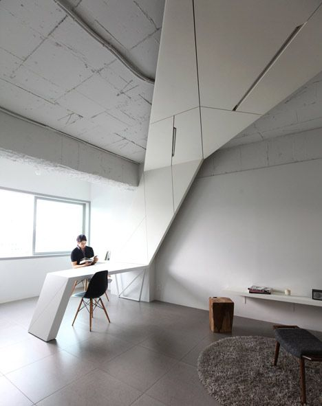 The angular zigzag structure travels between the entrance hall and the artist's working areas.