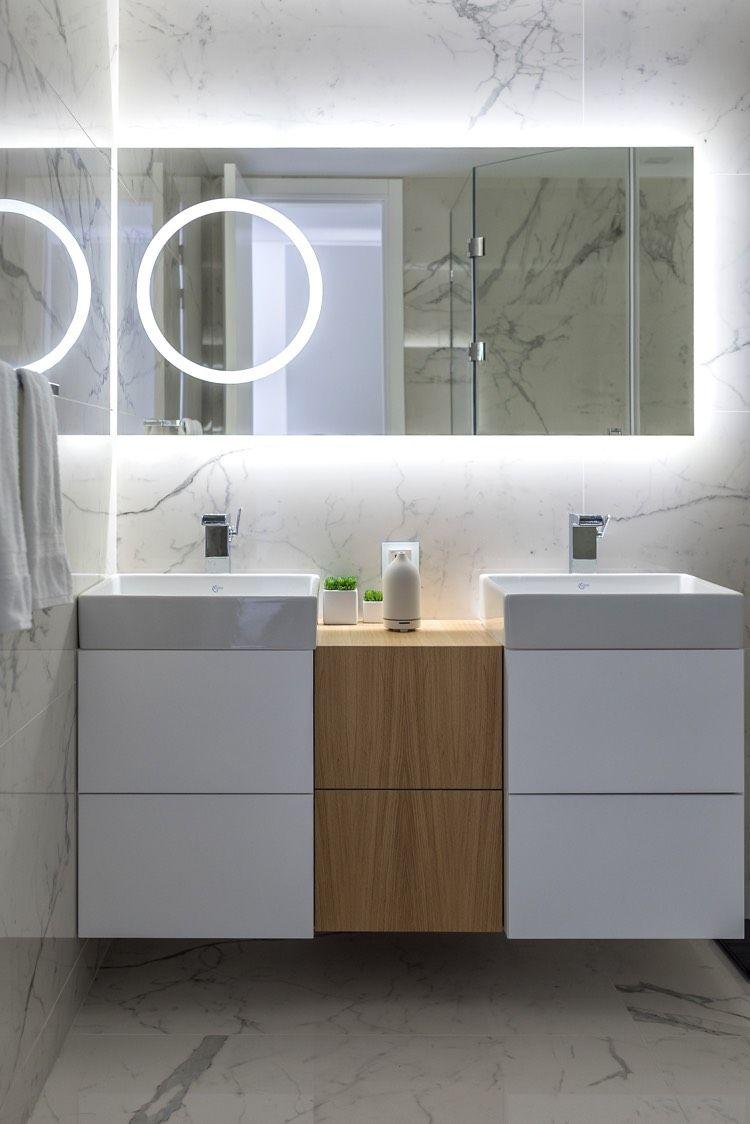 Badezimmer design beleuchtung einrichten mit viel weiß marmor und holz auf  quadratmetern