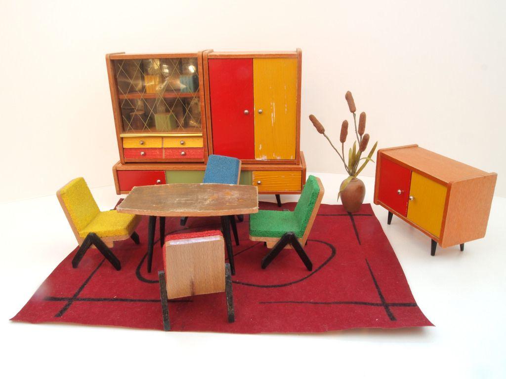 Aus der Sammlung Katharina - Photos Collection Katharina  Die VEB Erzgeb. Möbel- und Spielwarenfabriken Niedersaida  1952-1965 Logo: EMS entstand nach dem 2. Weltkrieg durch Enteignung der Firma Neubert und Richter und Vereinigung mit anderen kleinen Fabriken. Mitte der 50er Jahre waren sie spezialisiert auf Großfahrzeuge und Puppenmöbel. Am 1.1.1966 wurden alle volkseigenen Spielzeugbetriebe des Erzgebirges zur bekannten VERO in Olbernhau vereinigt, d.h. EMS gab es nicht mehr als…