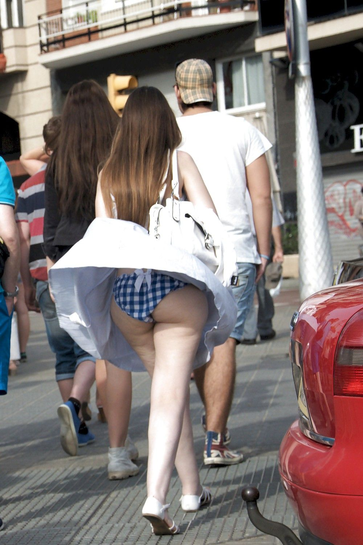 Девушке в толпе задрали юбку — img 12