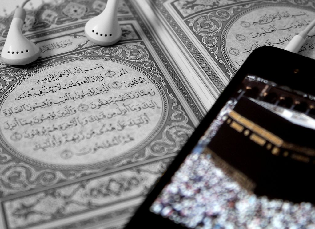 First Page of a Book of Quran, Earphones, and the Ka`ba on an iPhone Screen | Mekke, Islam, Resimler
