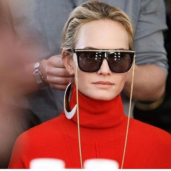 """Corrente pra óculos, correia, cordinha ou simplesmente """"segura óculos""""  promete ser a mais nova tendência esse ano. Antes era acessório funcional  dos nossos ... 082d1a6e4e"""