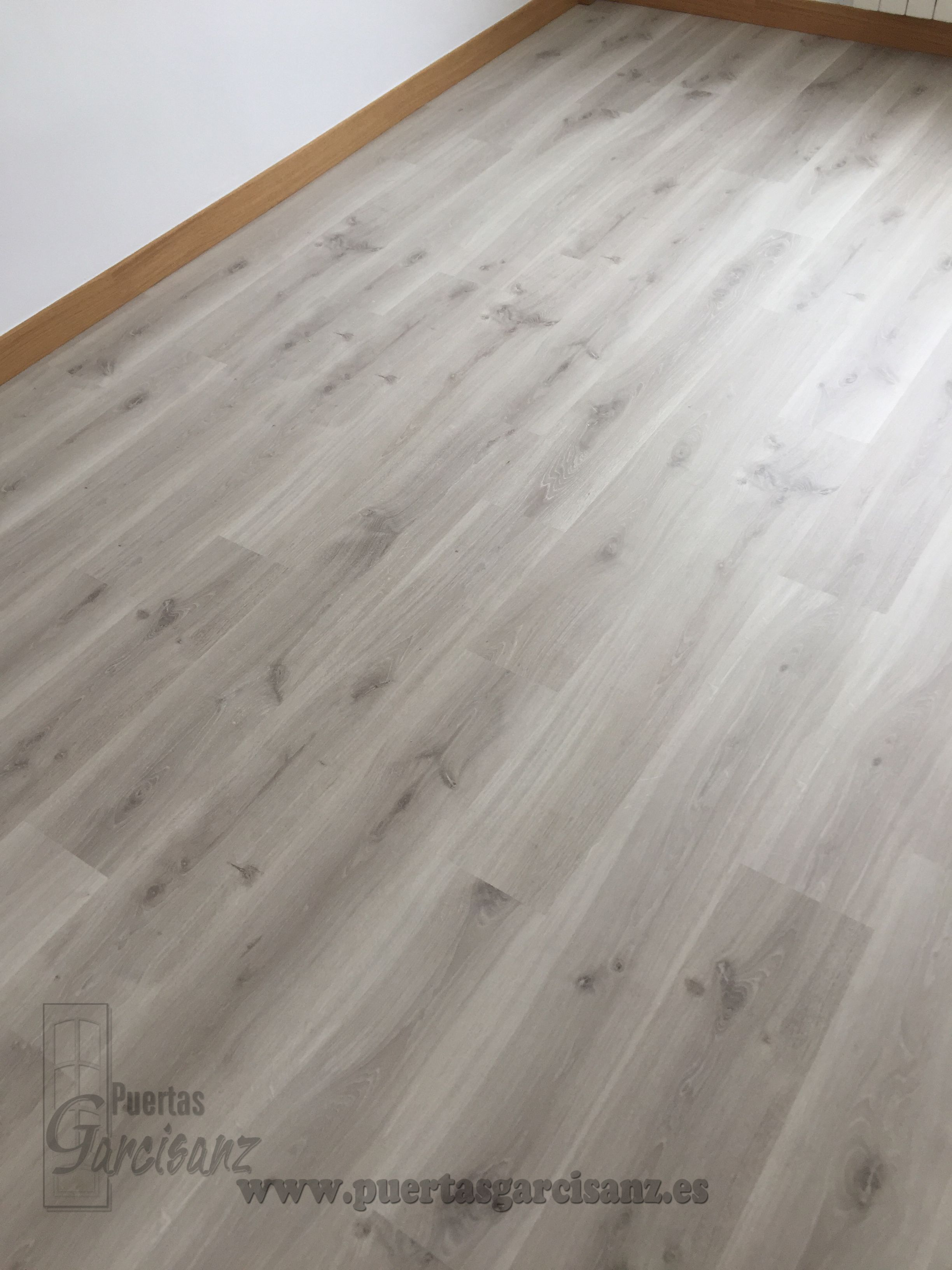 Basic suelo laminado gris ac5 buhardillas t suelo for Suelo laminado quick step leroy merlin