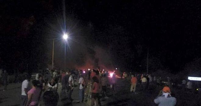 Maestros y pobladores de Salina Cruz repliegan a Policías Federales http://insurgenciamagisterial.com/maestros-y-pobladores-de-salina-cruz-repliegan-a-policias-federales/