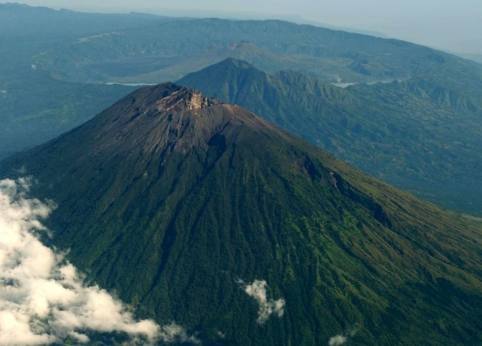 The Agung, in the foreground and behind, the Batur - photo Sleaman Following an increase in seismicity, mainly due to the number of deep volcanic earthquakes associated with rock fracturing caused by the pressure of magmatic fluids since August 10, and shallow volcanic earthquakes since August 24, and changes in height and consistency of emissions, the VSI raised the alert level of the Agung on the island of Bali