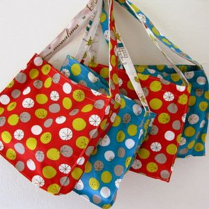 cute lined mini tote tutorial from two fat quarters.    from sewing journal blog she has some really nice thngs